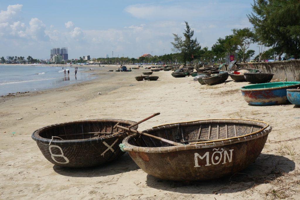 Coracles sur une plage de Danang
