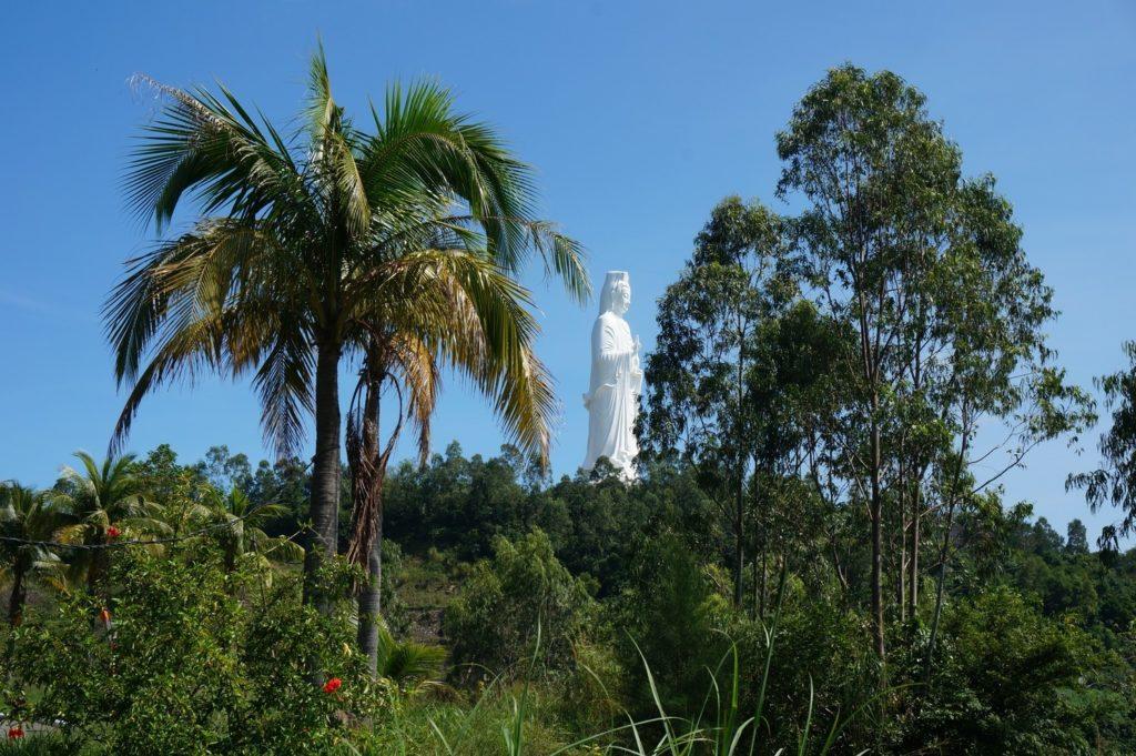 La statue de Lady Buddha à Danang à travers les arbres