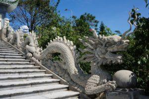 Statue de dragon bordant l'escalier