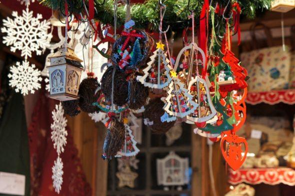 Objets de décoration au marché de Noël de Strasbourg