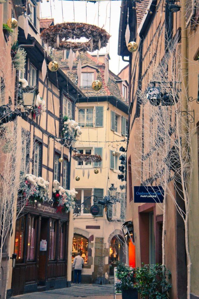 Décoration chargée d'une rue à Strasbourg