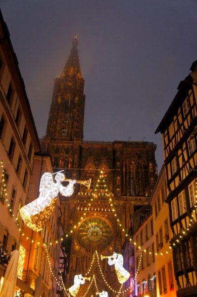 Rue illuminée au marché de Noël de Strasbourg