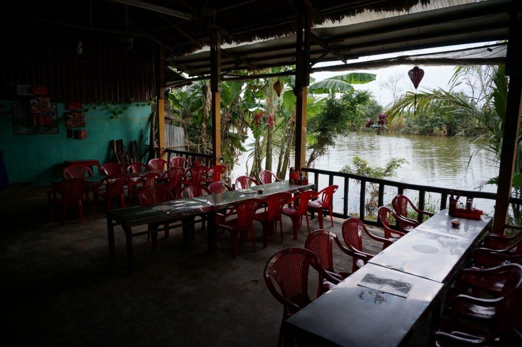 Restaurant en bord du fleuve à Cam Nam
