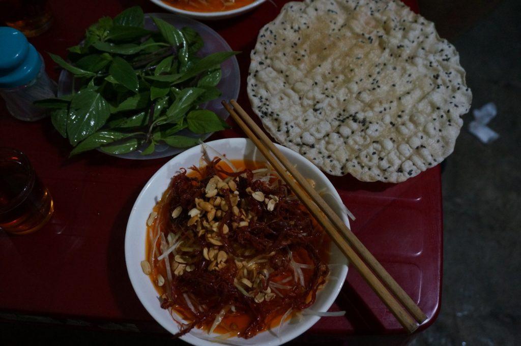 Salade de papaye et de bœuf séché