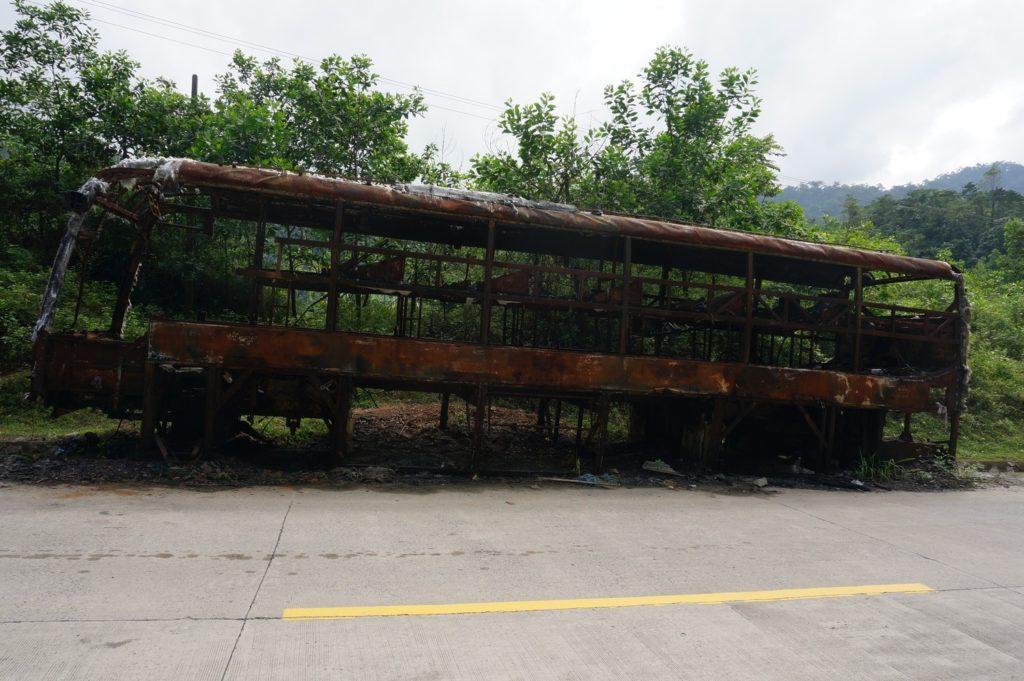 Bus calciné en boord de route