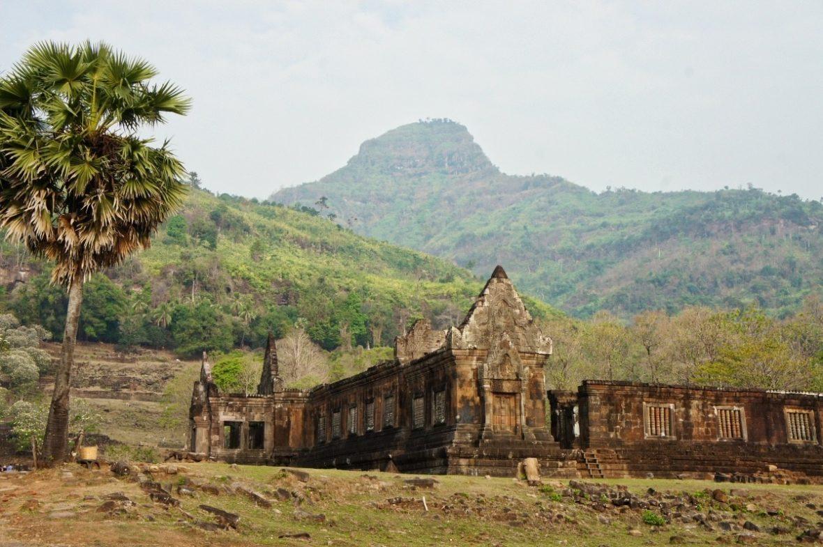 """On voit bien la forme dite """"linga"""" de la montagne Phou Kao"""
