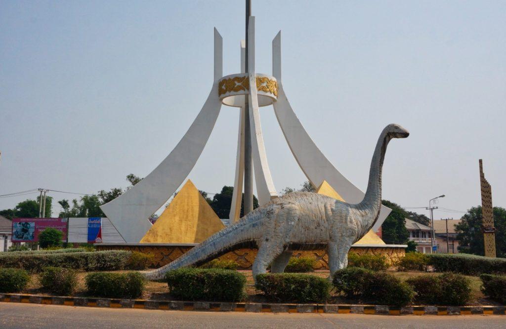 Rond-point des dinosaures à Savannakhet