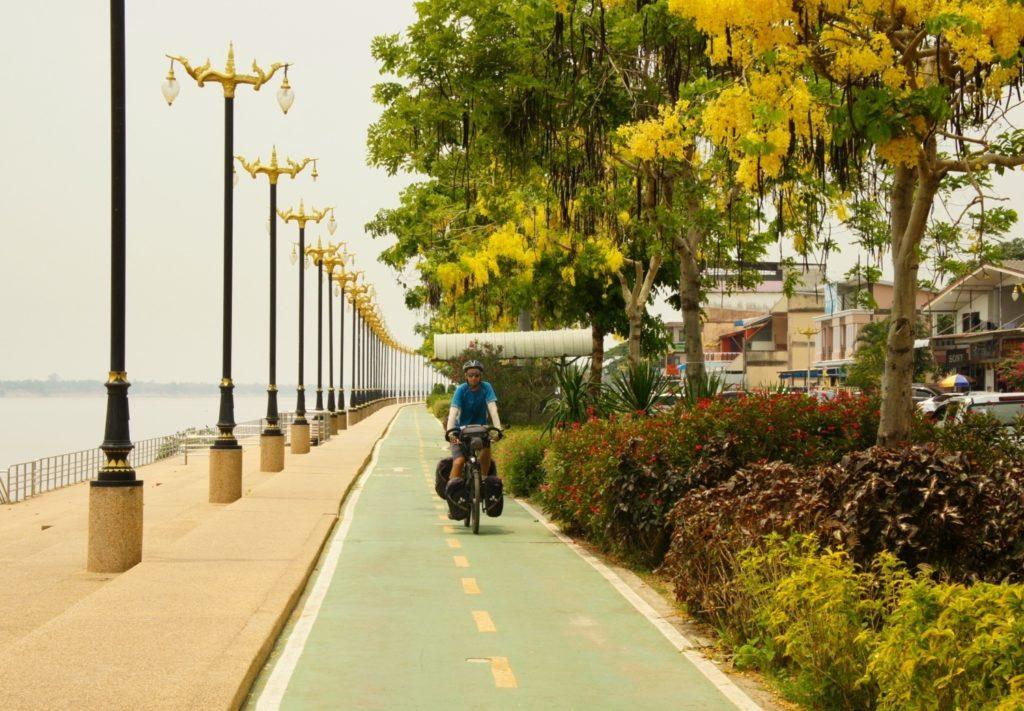 La jolie piste cyclable à Nakhon Phanom