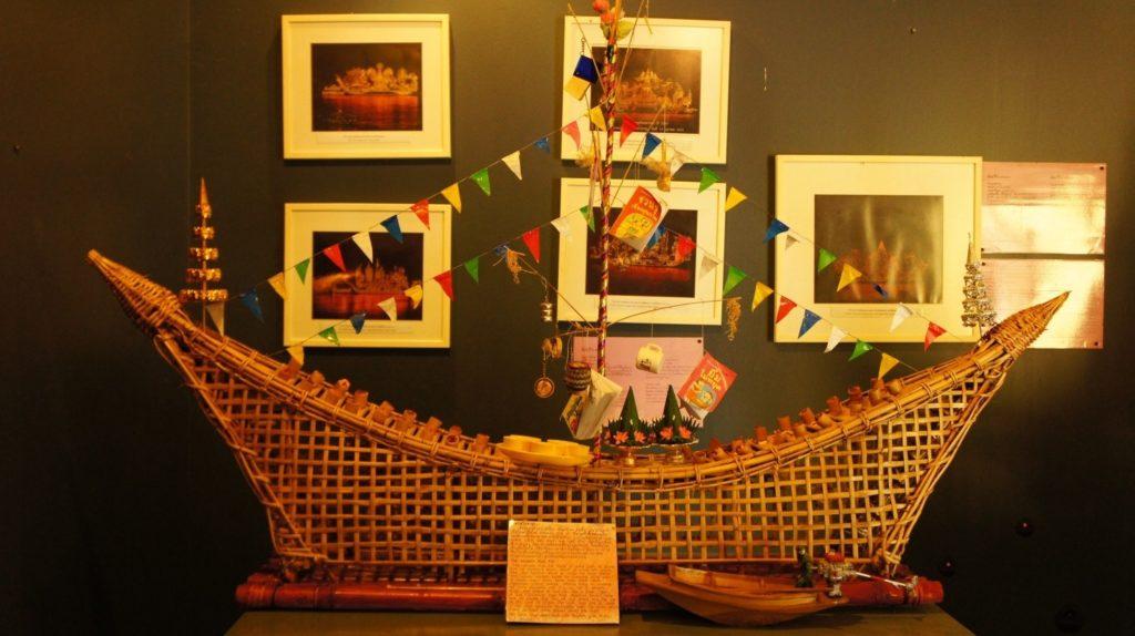 Un bateau illuminé construit du bambou pour le festival de Lai Rua Fai