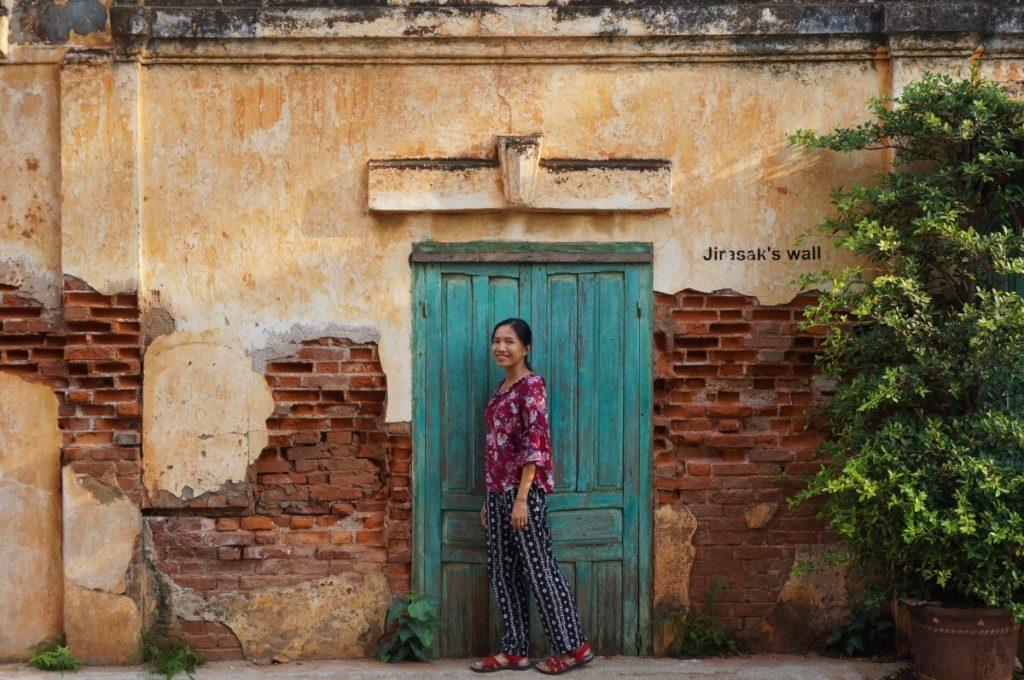 Thanh devant un mur de Savannakhet