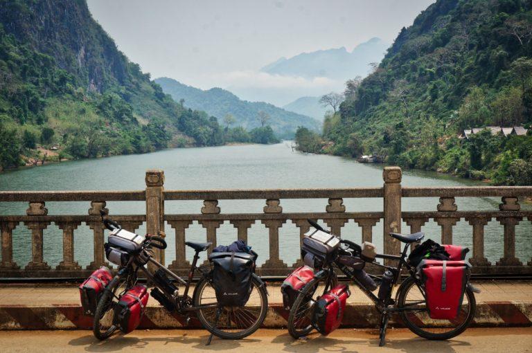 Vélo sur un pont à Nong Kiaw