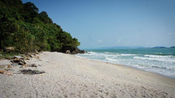 Les plages désertes autour de Sichon