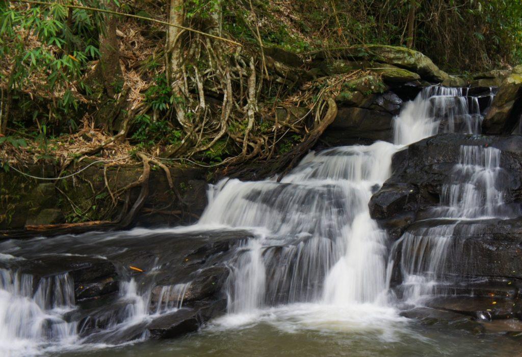 Une cascade dans le parc de Doi Inthanon