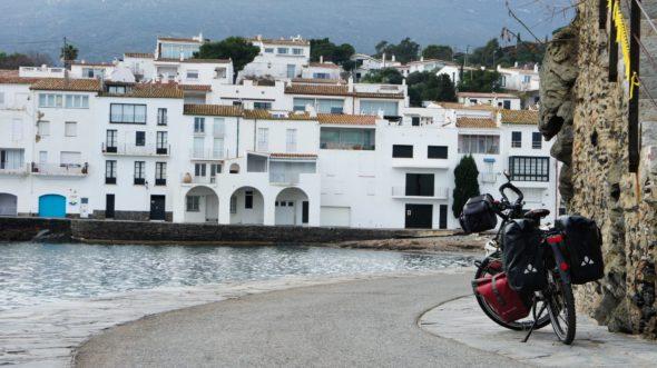 Village blanc de Cadaqués sur la Costa Brava en Catalogne