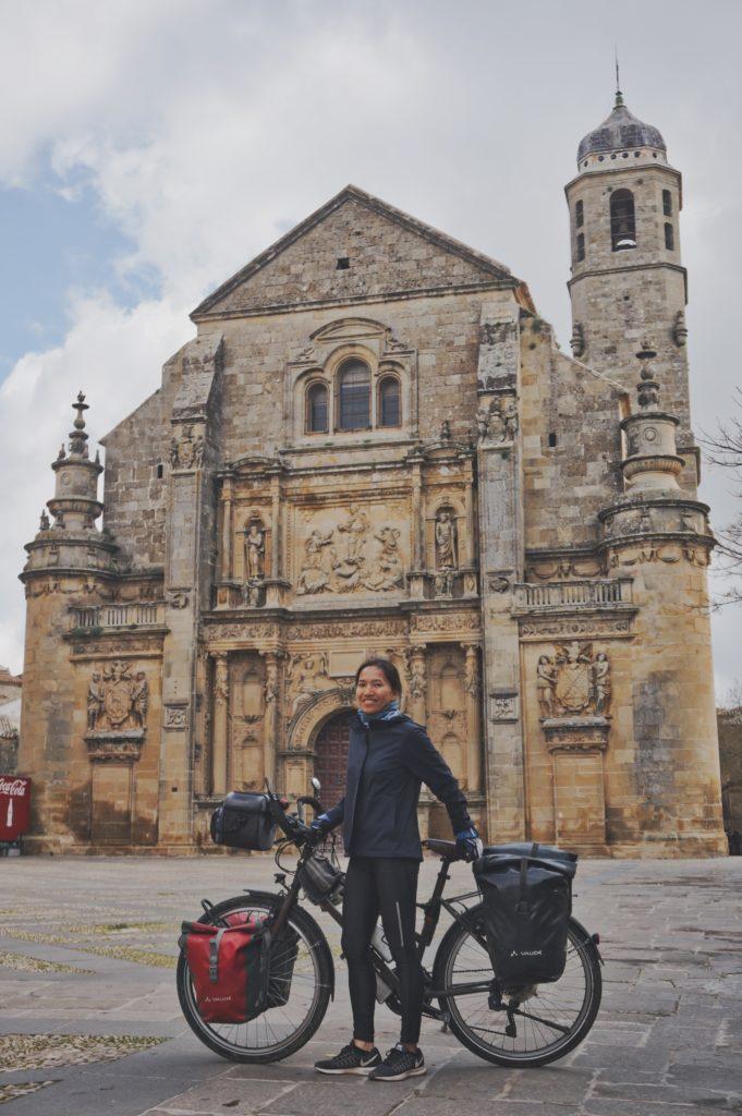 Thanh pose avec son vélo devant la Capilla del Salvador à Úbeda