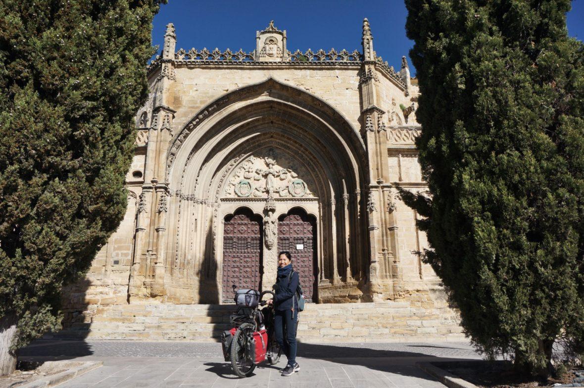 Thanh et son vélo devant l'Iglesia de San Pablo à Ubeda