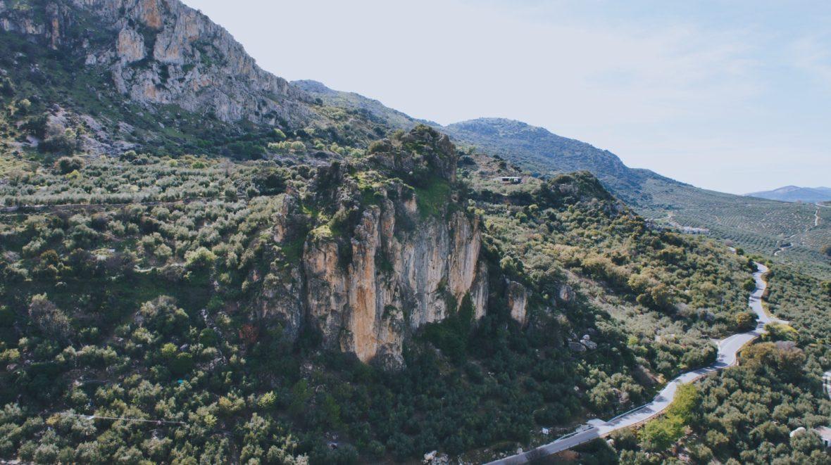 Un amas rocheux surplombant la route qui mène à Zuheros