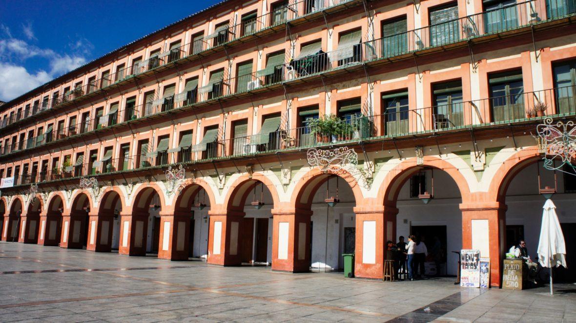 Un bâtiment à arcades bordans la place de la Corredera à Cordoue