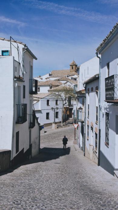 Une ruelle pavée bordée de maisons blanches