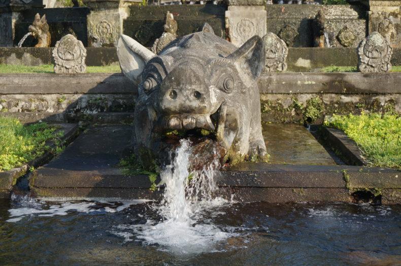 Une fontaine en forme d'animal au palais de Tirta Gangga