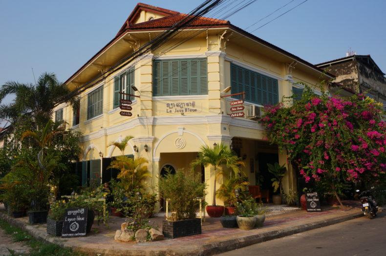 """Façade de la maison coloniale abritant le restaurant """"La java bleue"""" à Kampot"""