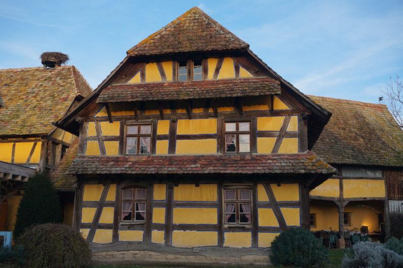 Maison traditionnelle alsacienne jaune à l'écomusée d'Alsace