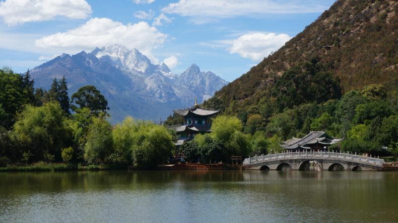 Des montagnes en arrière-plan de l'étang du dragon noir à Lijiang