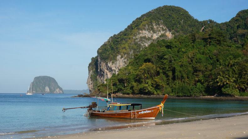 Un bateau devant la plage de Koh Mook