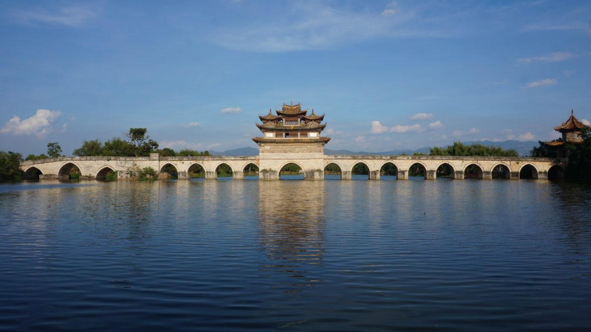 Un pont traditionnel chinois traversant un lac