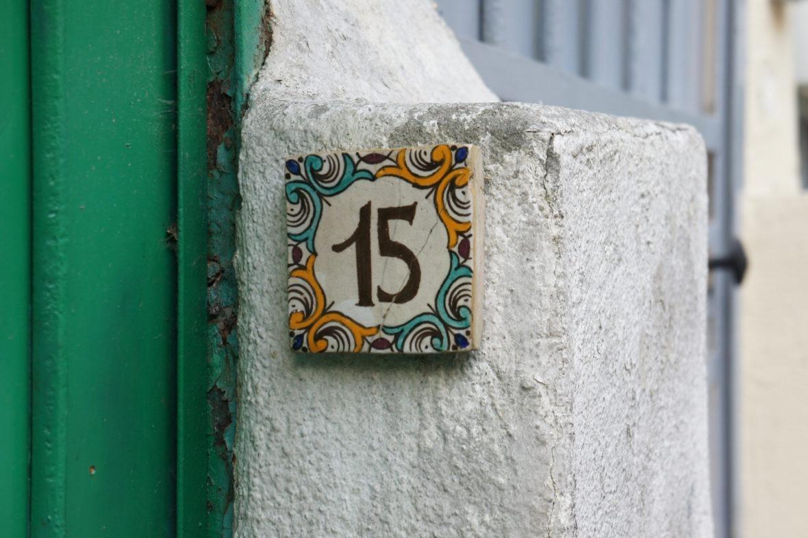 Décoration devant une maison à Mouzaia Paris