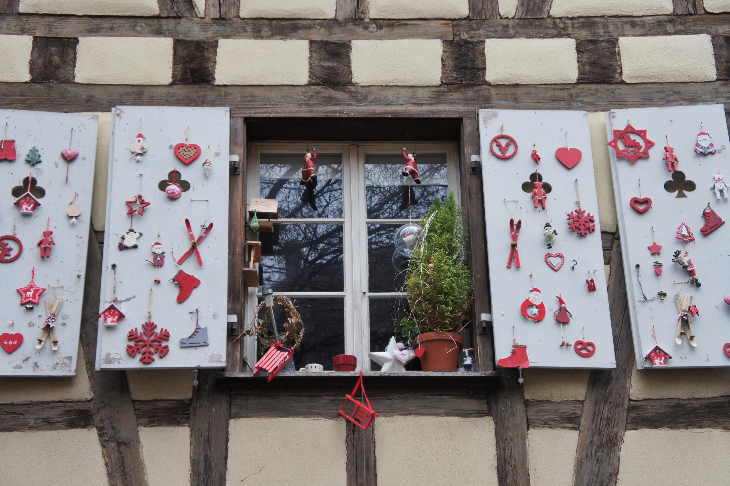 Décoration de Noël sur les fenêtres d'une des maisons du quartier des tanneurs