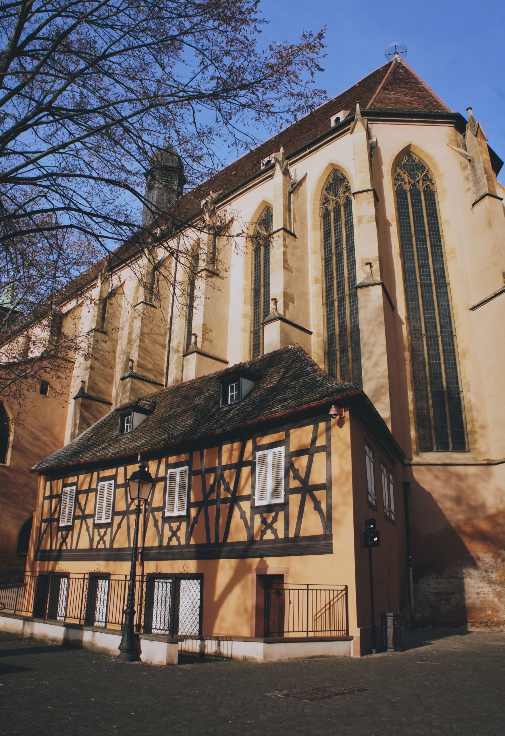 Maison à colombages accolée à l'église à Colmar