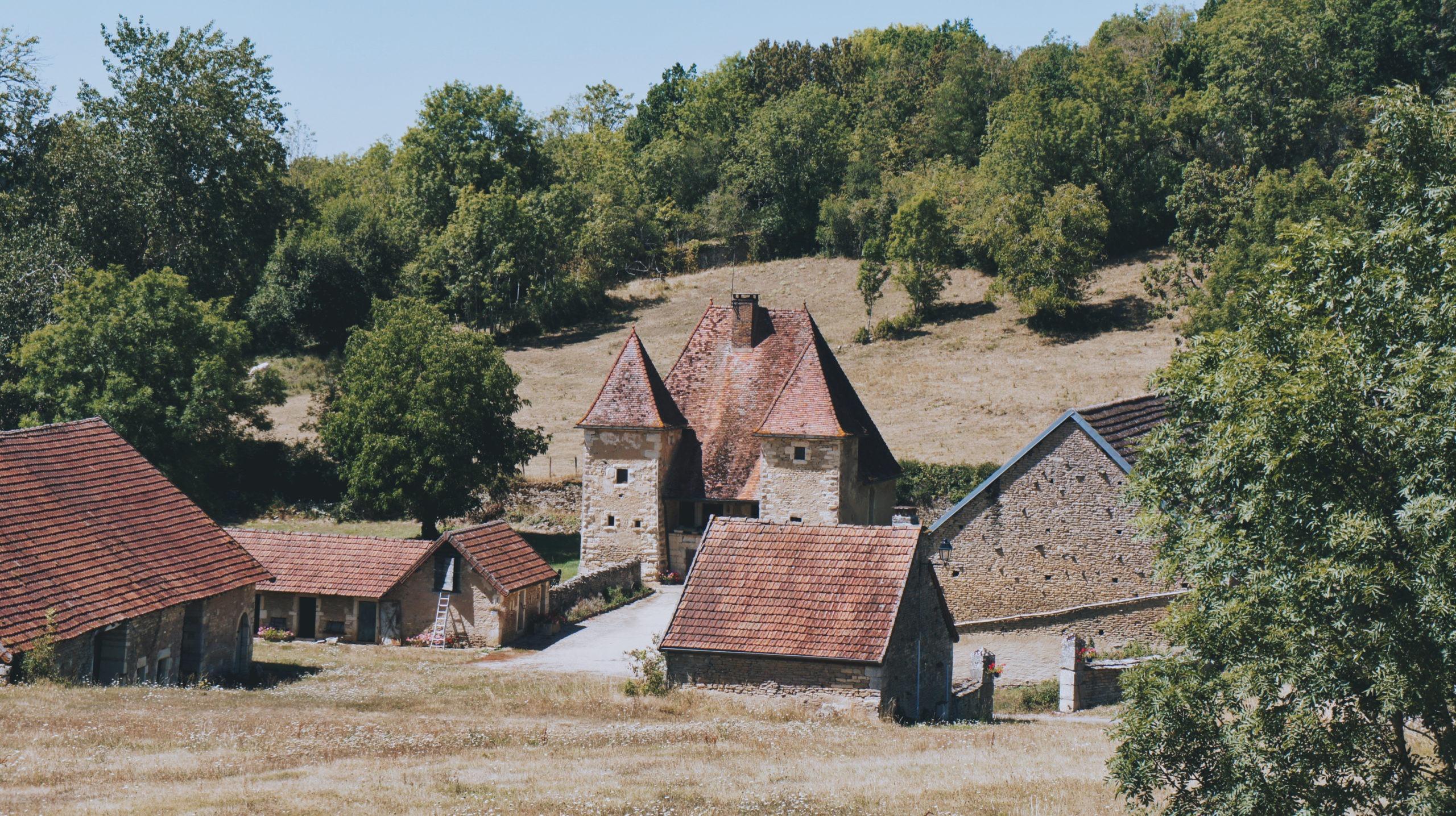 manoir à Mont-Saint-Jean en Bourgogne