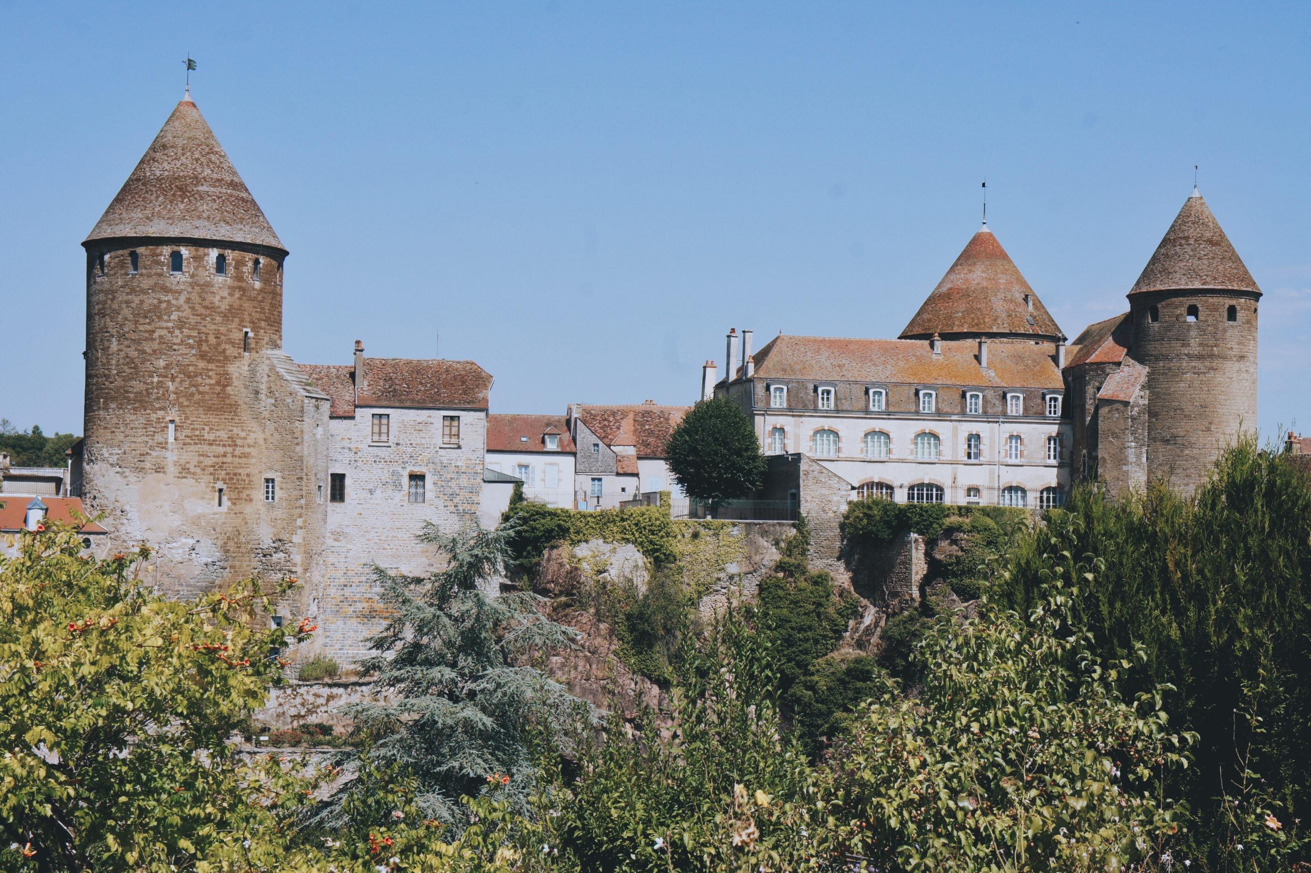 Vue panoramique sur Semur-en-Auxois depuis la promenade des remparts