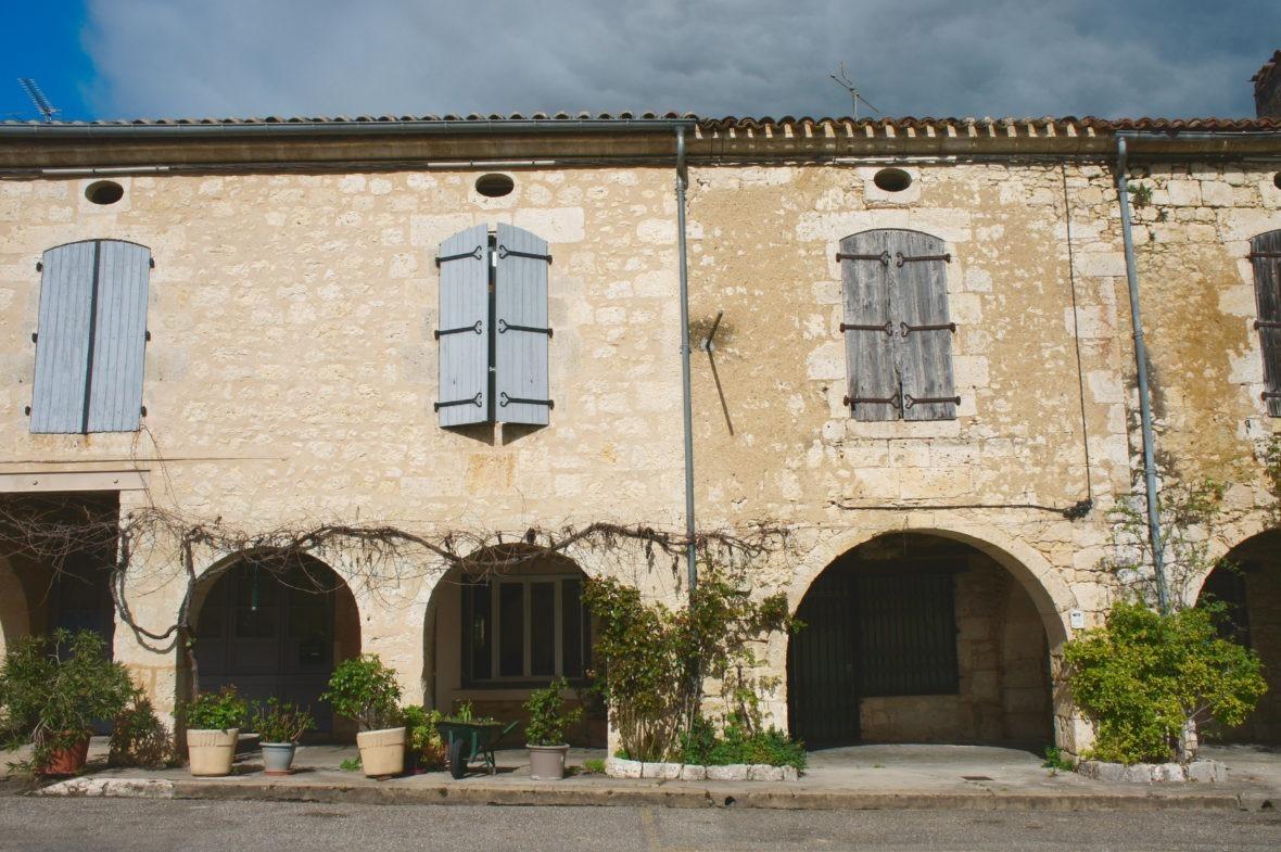 Place aux arcades Saint-Clar, en Lomagne-Gascogne du Gers