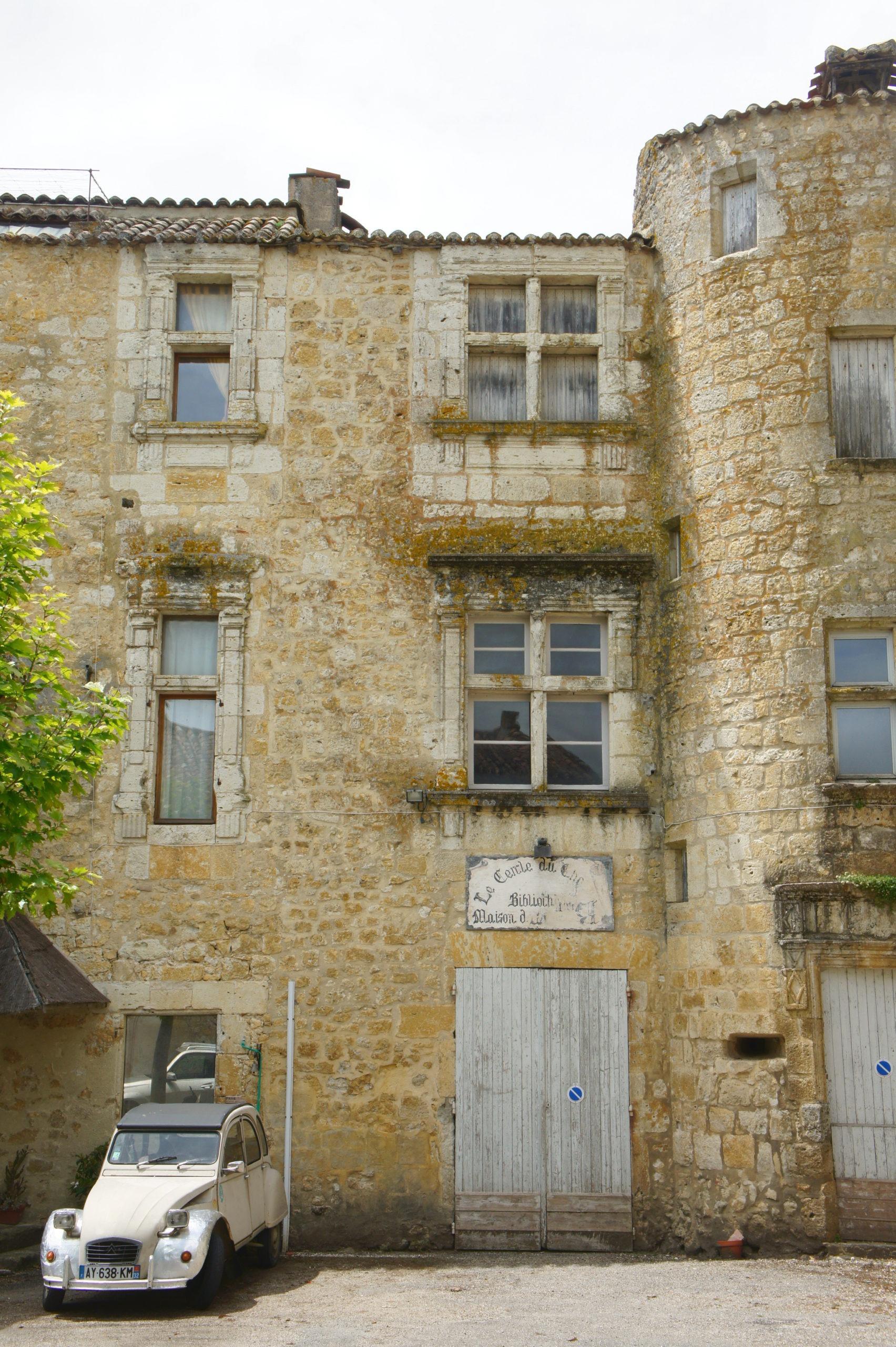 Jolie place de Saint-Orens-Pouy-Petit dans le Gers