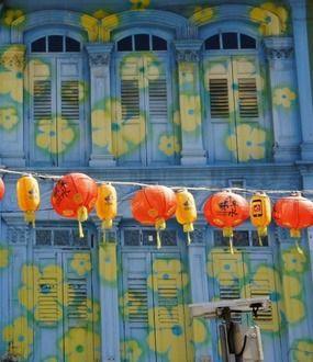 Façades colorées dans le Chinatown de singapour